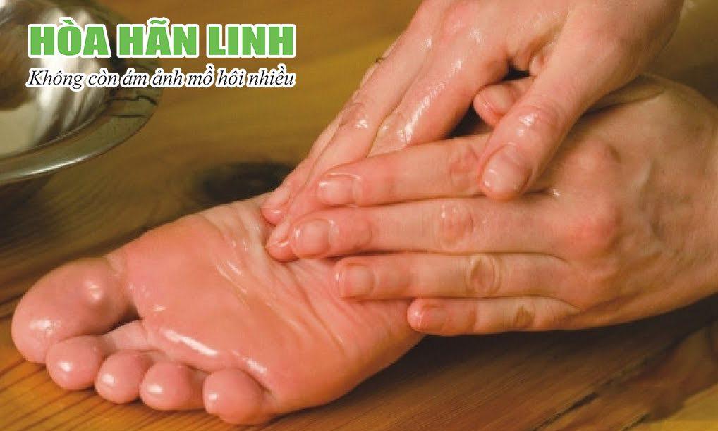 Bệnh ra mồ hôi tay chân tuy không nguy hiểm nhưng khiến người bệnh cảm thấy khó chịu vì phải sống chung với nó suốt đời